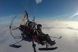 Полет над облаками на паратрайке - один из плюсов зимней низкой облачности