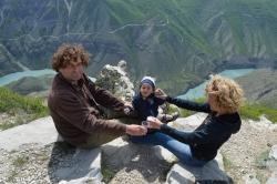 Экскурсия в наикрасивейшее место, в Сулакский каньон. На фото – пилот, пилотесса и маленький сынок пилотик.