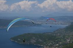 Воздух идеально прозрачен, открывает панораму озера и города Анси