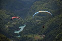 Парапланы на фоне реки Соча. У реки нереально бирюзовый цвет