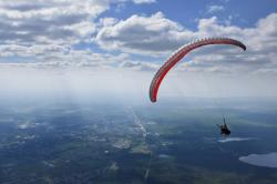Отличный летный день - в термических потоках на параплане легко подняться к облакам