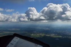 Впереди кучевое облако - индикатор восходящих потоков под ним