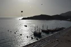 Заход на посадку над туристическими яхтами