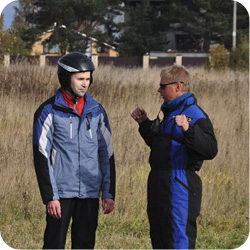 Инструктор настраивает учлета перед полетом