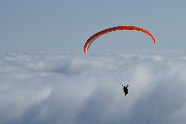 Полет параплана над облаками