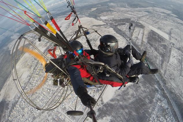 Для полетов на паралете зимой используются специальные комбинезоны