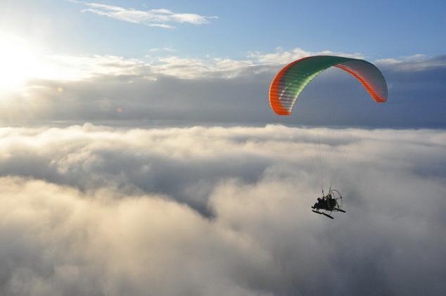 Паратрайк зимой над облаками