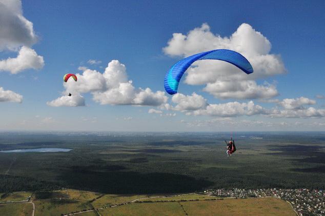 Парапланы над парадромом Углово - полеты в СпортАвиаСервисе