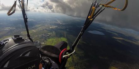 Полет под облаками на параплане